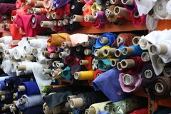 Tkanin rolki w tkanina sklepie zdjęcia stock