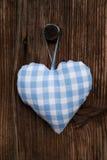 Tkanina błękitna i biel sprawdzaliśmy serce w bavarian stylu obwieszeniu dalej Obraz Royalty Free