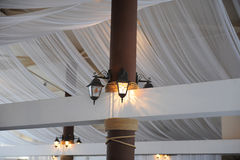 Tkanina drapuje na restauracyjnym suficie Jaskrawy wnętrze, zaświecający lampion Wystrój dla przyjęcia weselnego Zdjęcia Stock