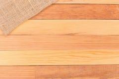 Tkanina na drewnianym stole Miękka brown wyplatająca bieliźniana tkaniny tekstura/ Obrazy Stock
