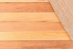 Tkanina na drewnianym stole Miękka brown wyplatająca bieliźniana tkaniny tekstura/ Zdjęcie Royalty Free