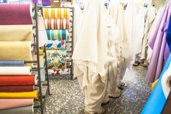 tkanina sklep z stertami kolorowe tkaniny Obrazy Stock