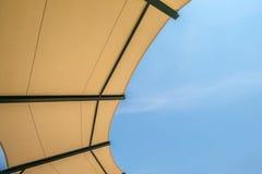 Tkaniny dachowej struktury stadium z niebem Zdjęcie Royalty Free