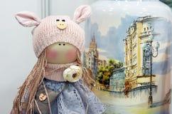 Tkaniny lala z pigtails w trykotowym kapeluszu fotografia royalty free