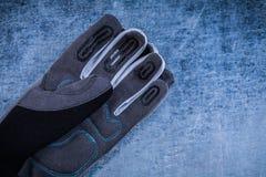 Tkaniny ogrodnictwa ochronne rękawiczki na porysowanym kruszcowym tle Obrazy Stock