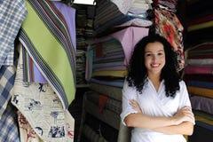 tkaniny szczęśliwy właściciela sklep Obrazy Royalty Free