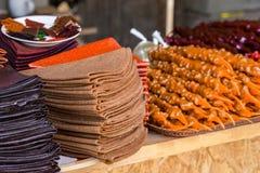 Tklapi - pastila georgiano tradizionale della frutta che vende al mercato immagini stock