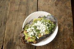 Tlacoyos messicani, un piatto fatto con cereale blu e riempito di fagioli fritti o di fave, simili al gordita messicano, con il g immagini stock libere da diritti