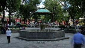Tlaxcala, México agosto de 2014: TIEMPO LAPSE-DOLLY HACIA FUERA Parque principal adentro en el centro de la ciudad metrajes