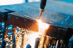 Tlenowa pochodnia ciie stalowego prześcieradło CNC benzynowa tnąca maszyna jasne, iskry obraz stock