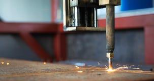 Tlenowa pochodnia ciie stalowego prześcieradło CNC benzynowa tnąca maszyna jasne, iskry zdjęcia royalty free