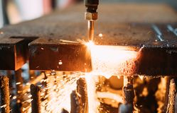 Tlenowa pochodnia ciie stalowego prześcieradło CNC benzynowa tnąca maszyna jasne, iskry zdjęcia stock