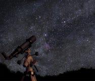 Télescope sous les cieux étoilés Photo stock