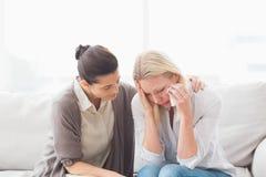 Tålmodig gråt bredvid hennes terapeut Royaltyfri Foto