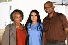Tålmodiga hälsovårdarbetare och åldring Arkivbilder