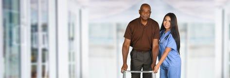 Tålmodiga hälsovårdarbetare och åldring Arkivfoto