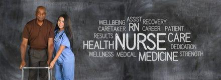 Tålmodiga hälsovårdarbetare och åldring Arkivbild