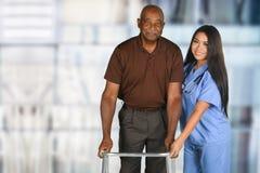 Tålmodiga hälsovårdarbetare och åldring Royaltyfri Bild