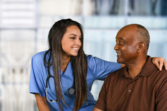 Tålmodiga hälsovårdarbetare och åldring Royaltyfria Foton