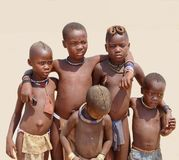 Téléphone portable africain tribal d'amis d'enfants, Namibie Photos stock