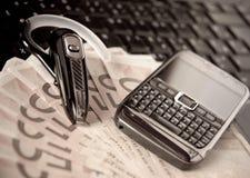 Téléphone portable, clavier d'ordinateur portatif, bluetooth et argent comptant Photo stock