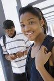 Téléphone portable de With Friend Using d'étudiante Photos libres de droits
