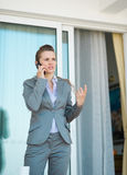 Téléphone portable parlant de femme d'affaires Photos libres de droits