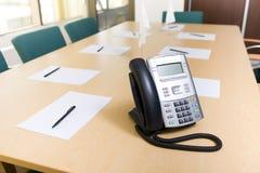 Téléphone sur la table dans la salle de réunion  Photo stock