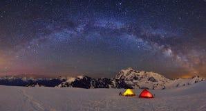 Tält och Mt Shuksan under Vintergatan som campar på Huntoon punkt Arkivfoto