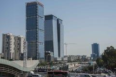 TLV的办公楼摩天大楼所有蓝色玻璃 库存图片