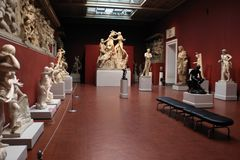 Töm rum med antika statyer Arkivbild