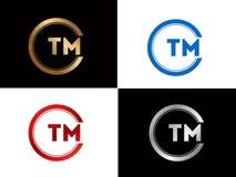 TM-Textgoldschwarze silberne moderne kreative Alphabetbuchstabelogoentwurfs-Vektorikone stockbilder
