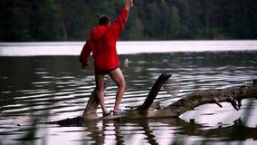 TMan łowi przy jeziorem zdjęcie wideo
