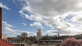 Tmelapse d'automobile et de trafic piétonnier avec les nuages et le ciel bleu au-dessus des rues passantes à Portland OU 4k banque de vidéos