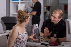 Témoin et policier féminins Photographie stock