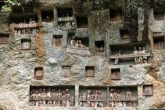 Túmulos forjados antigos na rocha Foto de Stock