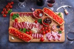 Tnąca deska Asortowani Leczący mięsa, ser, chleb i wino, zdjęcie royalty free