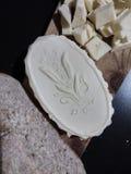 Tnąca deska z domowej roboty masłem, żyto chleb zrobił z drożdże Obrazy Stock
