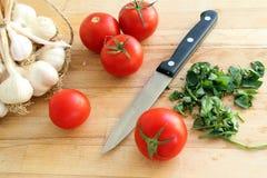 Tnąca deska z pomidorami i nożem Obraz Stock
