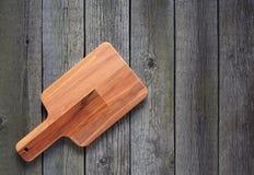 Tnąca deska z przestrzenią dla teksta na starym drewnianym tle Fotografia Stock