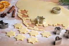 Tnąca gwiazda out kształtuje dla tradycyjnych Linzer bożych narodzeń ciastek zdjęcia royalty free
