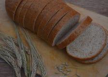 Tnąca mąki skorupy babeczki posiłku adra ciąca odizolowywającą piec deskowy biel pokrajać diety żyta bochenka zdrowego chlebowego Fotografia Stock