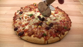 Tnąca pizza Zdjęcia Stock