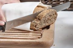 Tnący chleb z nożem obrazy royalty free