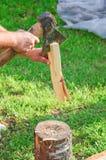 Tnący drewno dla rozogniać Mężczyzna ` s ręki, cioska i łupka, Zdjęcia Stock