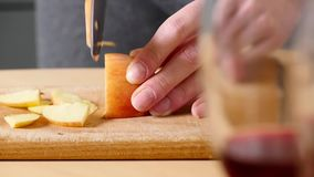 Tnący jabłko na plasterkach Narządzanie składniki dla piec jabłczanego kulebiaka Szef kuchni pokrajać zdrowego jabłka przy drewni zbiory wideo
