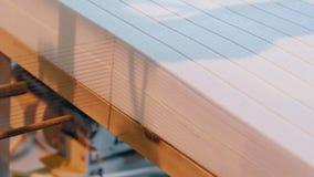 Tnący piankowy klingeryt w fabryce, styrofoam na konwejer linii, zbiory
