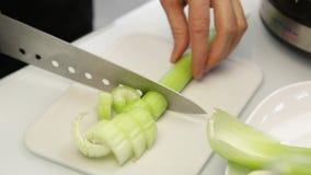 Tnący seler na tnącej desce dla gazpacho kulinarny zdrowy jedzenie od warzyw zdjęcie wideo