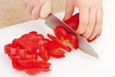 Tnąca czerwona papryka Fotografia Stock