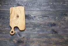 Tnąca deska na drewnianej powierzchni obrazy stock
